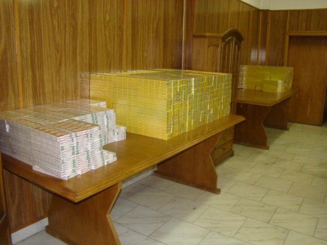Mii de tigari in loc de balsam de rufe. Politistii de Frontiera din Bihor au facut o captura impresionanta in Vama Bors
