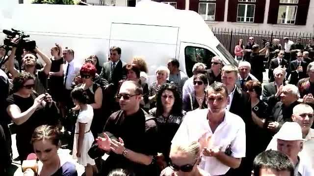 Mii de oameni au fost prezenti la inmormantarea lui Ilie Vonica. Procurorii nu au lasat-o pe sotia milionarului la funeralii