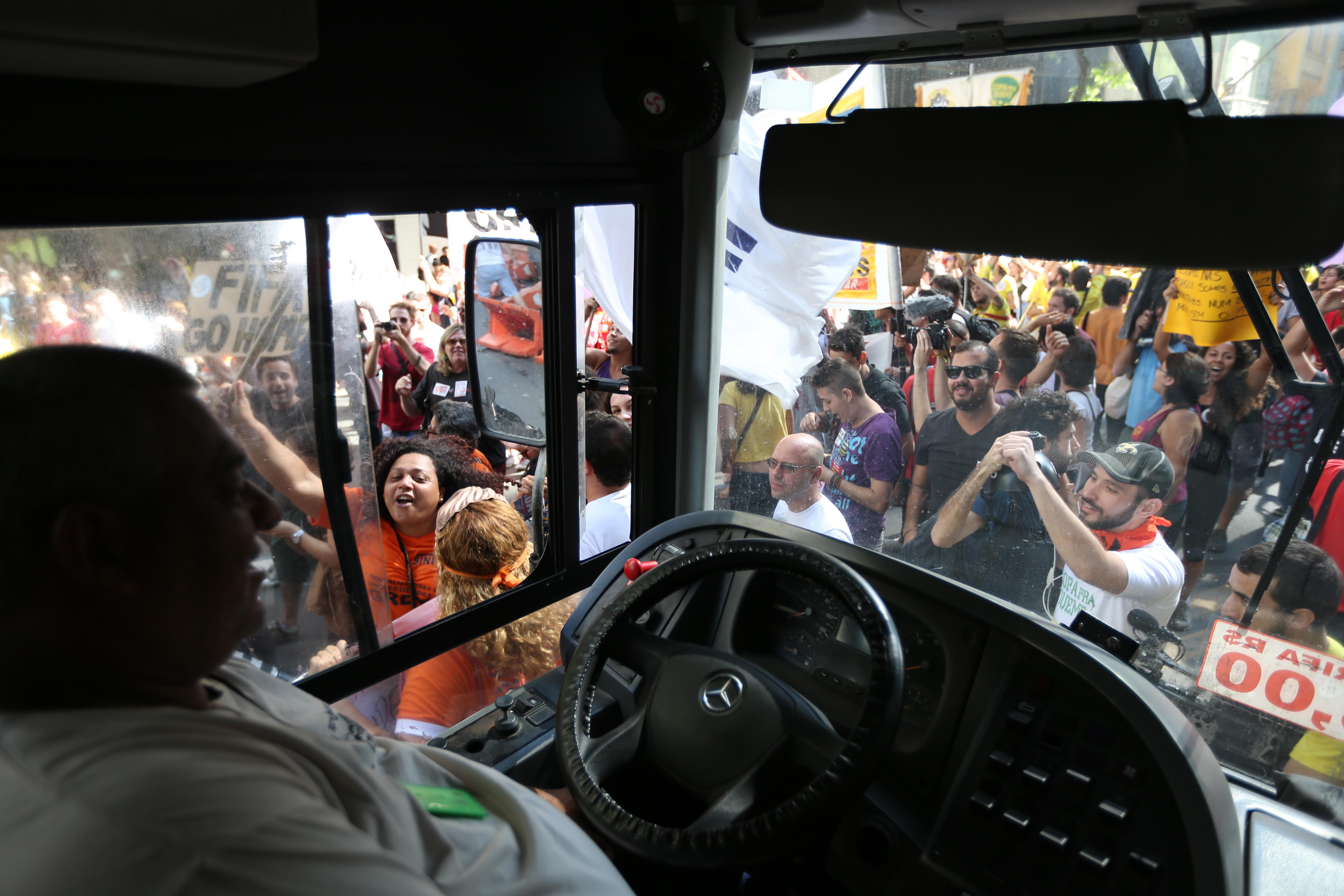CAMPIONATUL MONDIAL DE FOTBAL 2014. A inceput Turneul final al Cupei Mondiale din Brazilia: fotbal, samba si violente