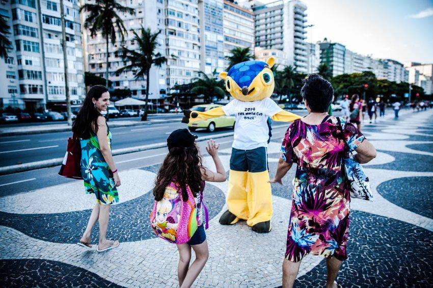 Campionatul Mondial de Fotbal 2014: Fuleco isi da jos masca. Cine se ascunde in spatele simpaticei mascote