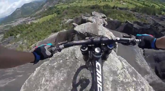 Nebunie curata in varf de munte. Un biciclist coboara in viteza un platou din Alpii francezi. VIDEO