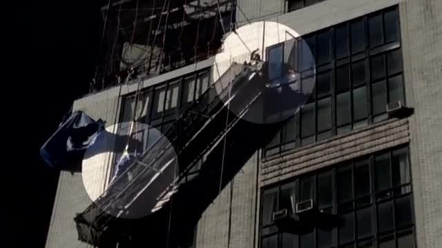 Operatiune de salvare spectaculoasa in New York. Doi muncitori au ramas suspendati la etajul 13. VIDEO