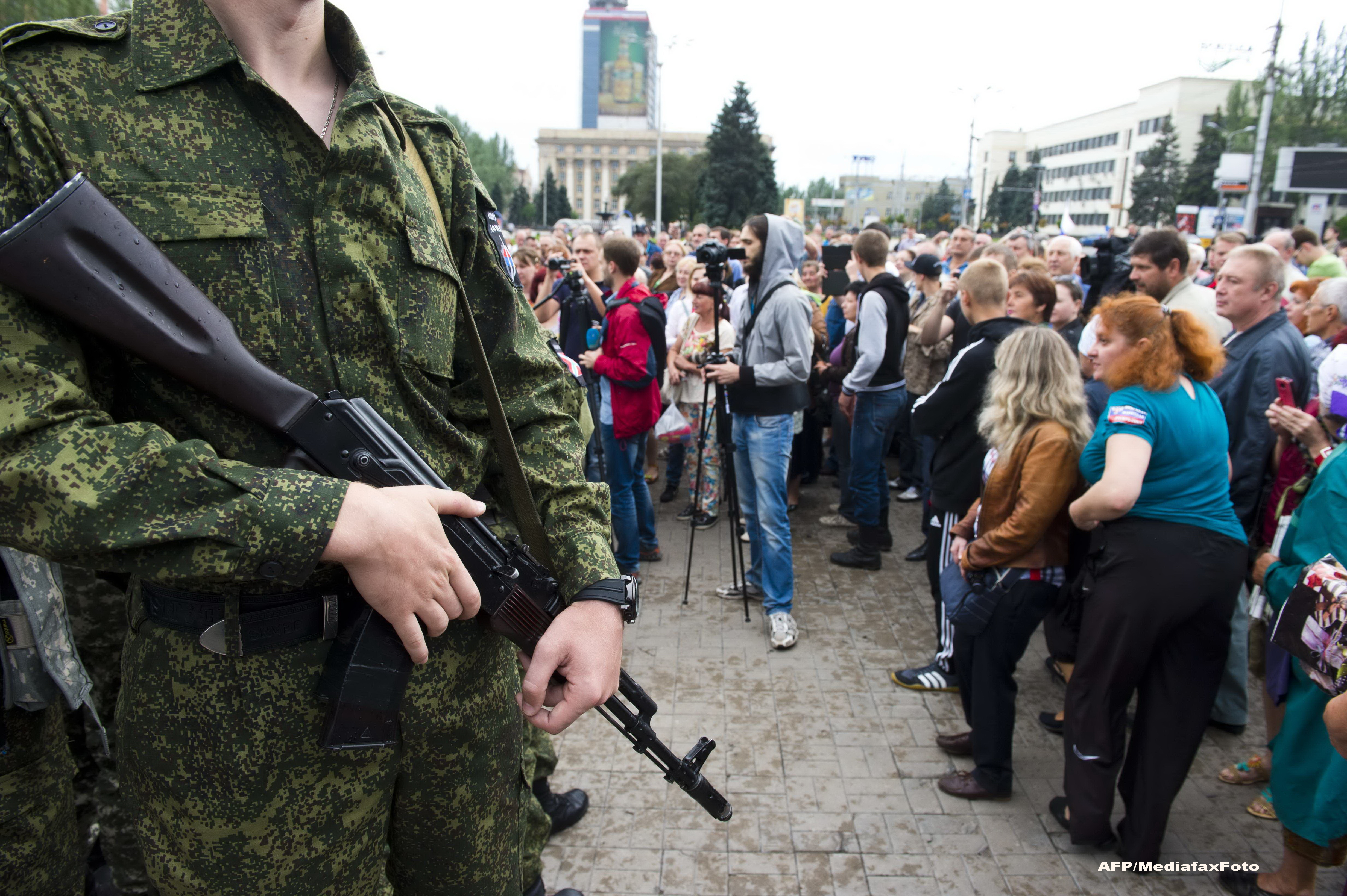Criza in Ucraina. Scoala din Donetk si maxi-taxi, atacate cu obuze in prima zi de cursuri. Zece morti si noua raniti
