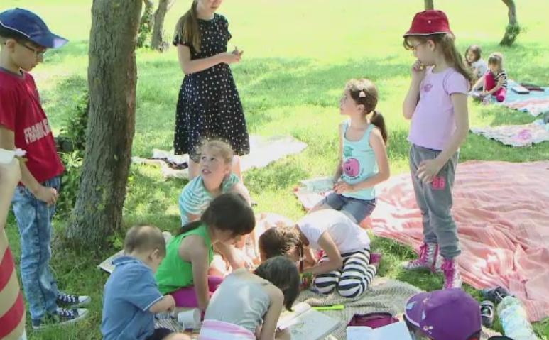 Copiii, rasfatati de ziua lor cu iesiri la iarba verde si pescuit. Scolile au organizat excursii cu profesorii si parintii