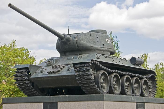 O soferita incepatoare nu a observat un tanc de 62 de tone si a intrat fix sub el. Cum arata masina ei acum