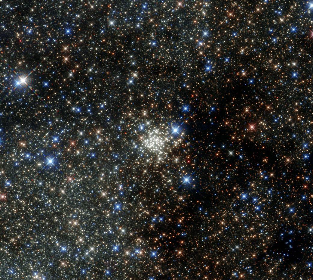 Hubble a fotografiat cea mai mare aglomerare de stele din Calea Lactee. Imaginile sunt spectaculoase