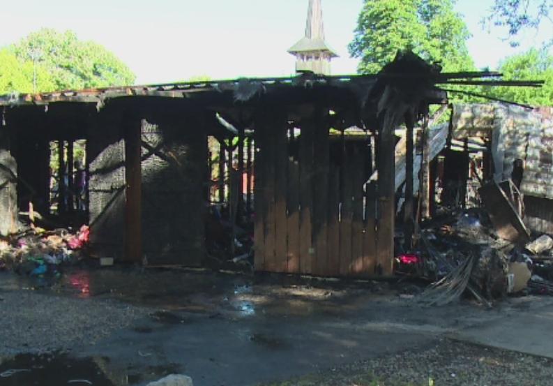 Zeci de casute de lemn unde se vindeau haine si incaltaminte, arse complet la Baile Felix. Incendiul ar fi fost provocat