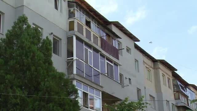 A vorbit la telefon cu sotul, apoi s-a aruncat de la etajul 4 al unui bloc. Tragedia prin care trece o familie din Gaesti