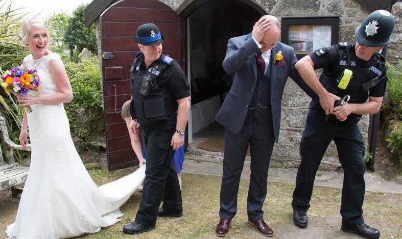 Un mire a fost arestat la propria nunta. Adevarul din spatele fotografiei care a devenit viral pe internet