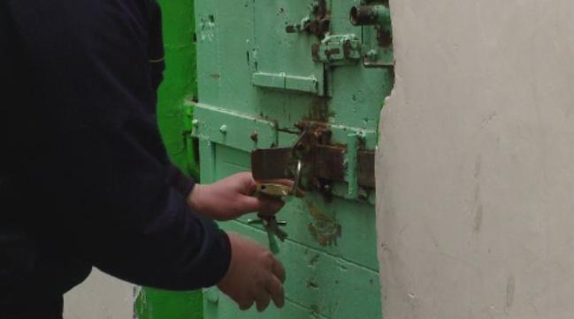 Un gardian de la Penitenciarul Jilava, batut grav de un detinut bolnav de SIDA. Situatia disperata in care se afla paznicii