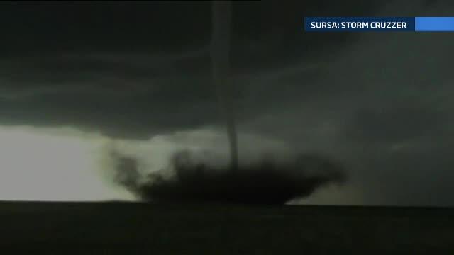 Un vanator de fenomene extreme a filmat o tornada neobisnuita. Ce este atat de rar in aceste imagini