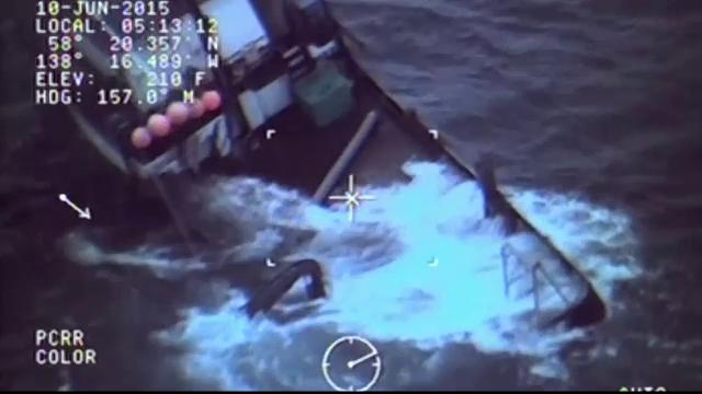 Paza de Coasta din Alaska a salvat patru pescari cu cateva minute inainte ca barca lor sa fie inghitita de valuri de 3 metri