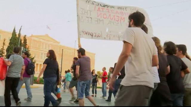 Reprezentantii FMI s-au retras din negocierile cu Grecia. Elenii protesteaza in strada impotriva masurilor de austeritate