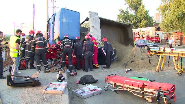 O basculanta cu nisip s-a rasturnat peste o masina pe Centura Capitalei. Doi tineri aflati in interior au murit pe loc