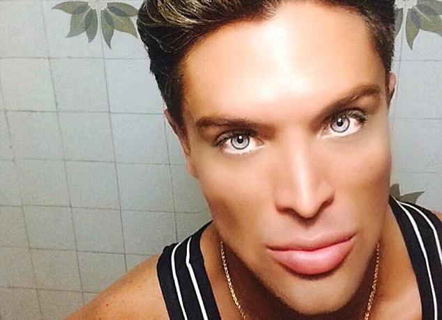 Noua papusa Ken in varianta umana. Cate operatii estetice a facut un tanar din Brazilia pentru a fi considerat