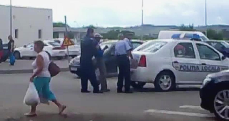 Interventie virala a politistilor din Calan. Ce au facut cu un scandalagiu care nu voia sa urce in masina