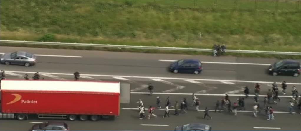 Imigrantii au luat cu asalt TIR-urile intr-un port din Franta din cauza unei greve. Ce sfat le-a dat politia camionagiilor