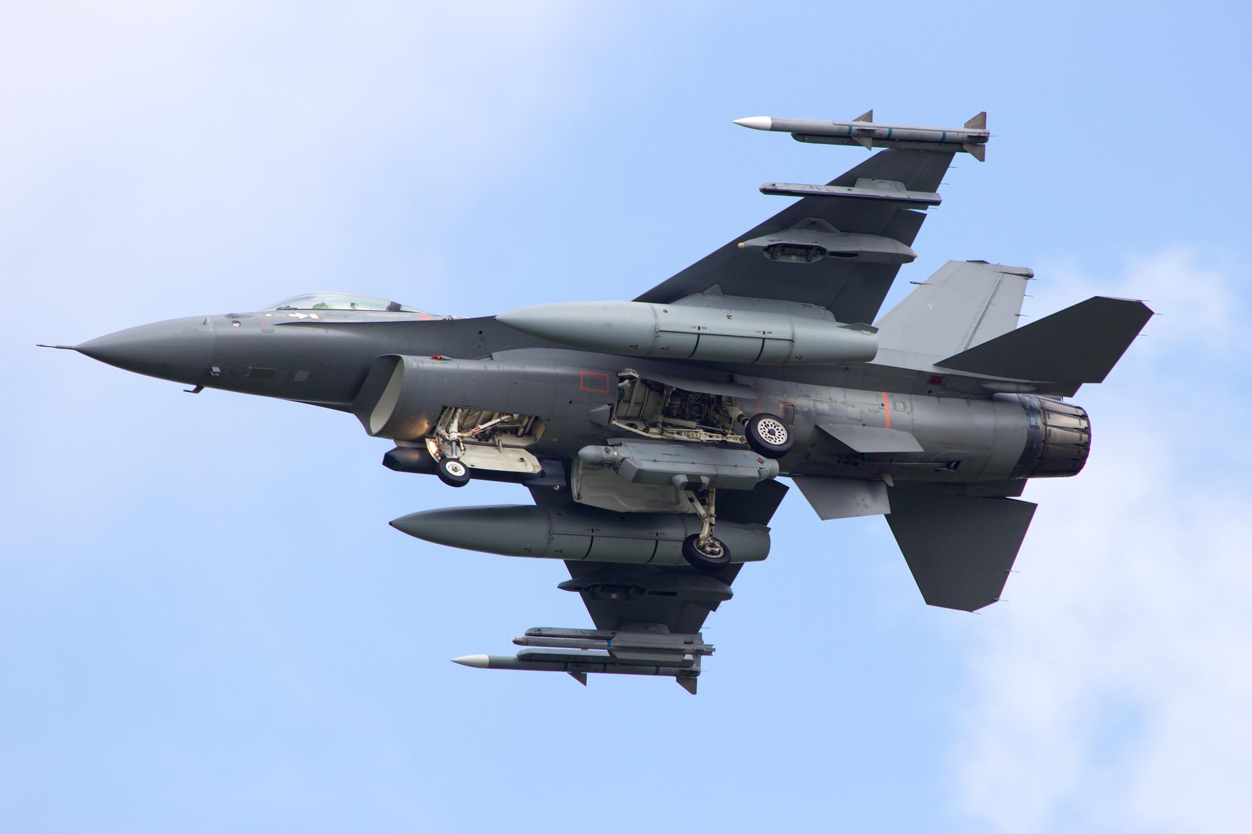 Pentru a doua oara in ultimii ani, un avion F-16 a atacat din greseala un turn de control din Norvegia, in care erau 3 oameni