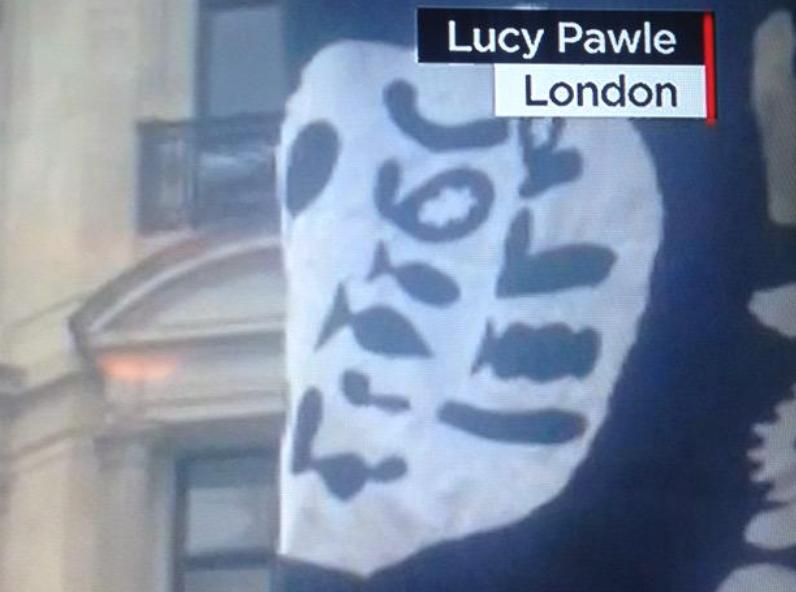 CNN a vazut un steag ISIS in timpul unei parade de pe strazile Londrei. Ce era insa de fapt desenat pe panza neagra