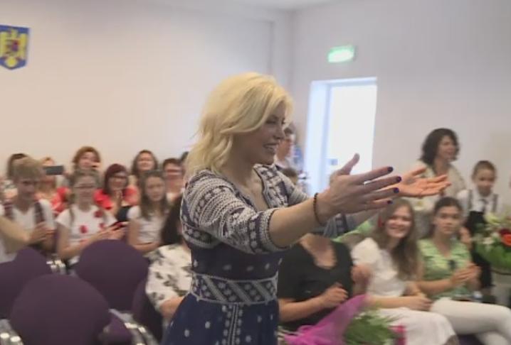 Loredana Groza, invitata speciala la o scoala din Capitala, de Ziua Copilului. Artista a venit impreuna cu tatal ei