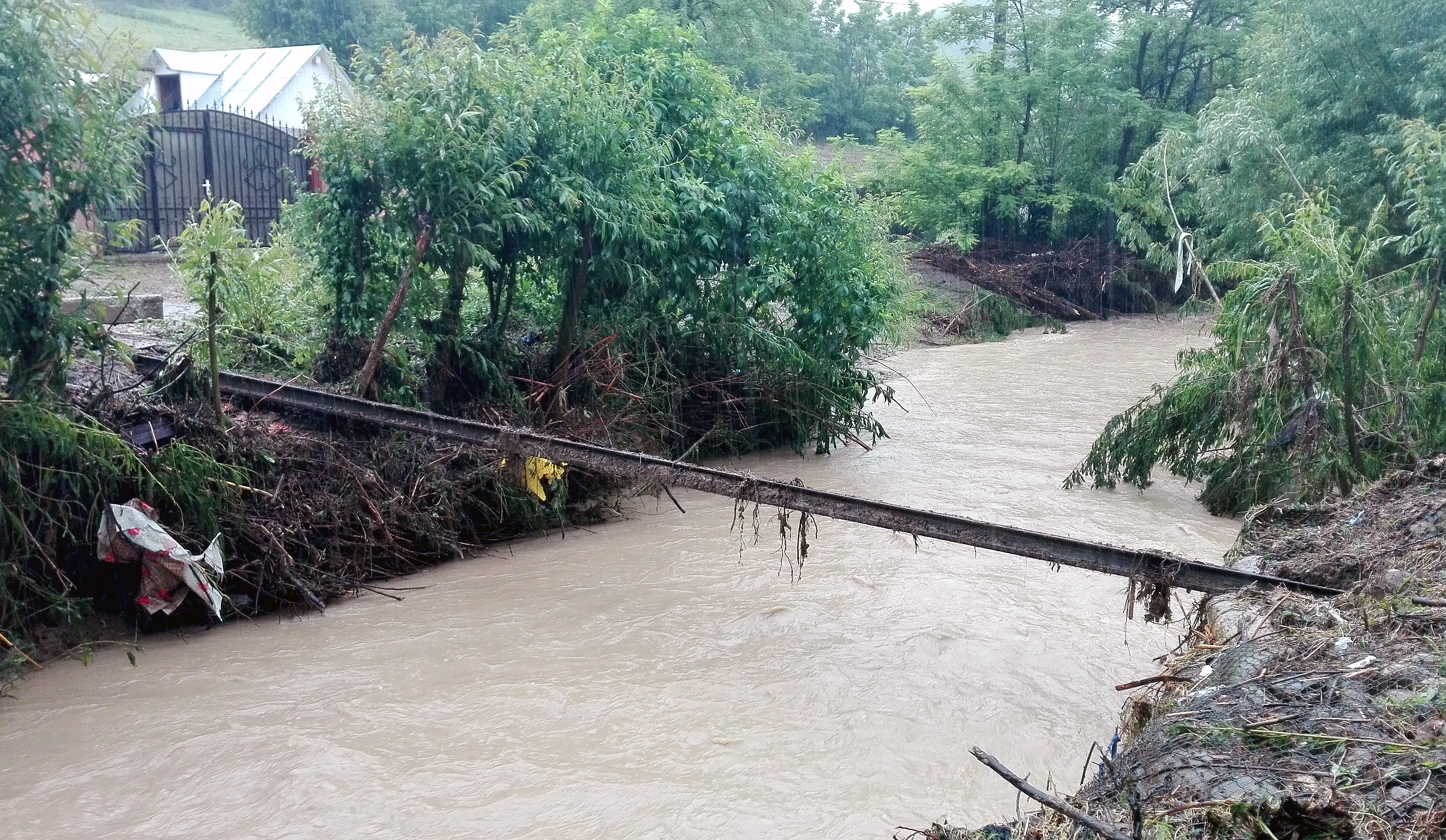 COD GALBEN de inundatii pentru rauri din 13 judete, pana luni, la ora 12:00