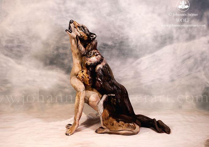 Trei femei goale se ascund in acest tablou uimitor cu un lup: te prinzi unde sunt? Opera acestui artist a ajuns viral. FOTO