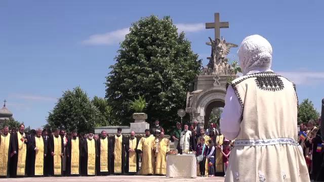 Procesiune cu sute de oameni, la Galati, de Inaltarea Domnului. Oamenii au depus coroane de flori la Monumentul Eroilor