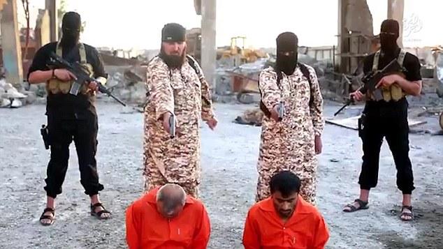 Un calau ISIS isi executa propriul frate acuzat de spionaj, intr-o noua filmare facuta publica de grupul terorist. VIDEO