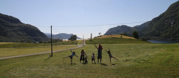 Toti cei cinci copii ai sotilor Marius si Ruth Bodnariu s-au intors acasa. Prima fotografie cu familia reunita