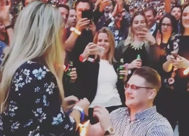 Cerere in casatorie pe stadionul Wembley din Londra, la concertul Coldplay. Cum a reactionat tanara. VIDEO