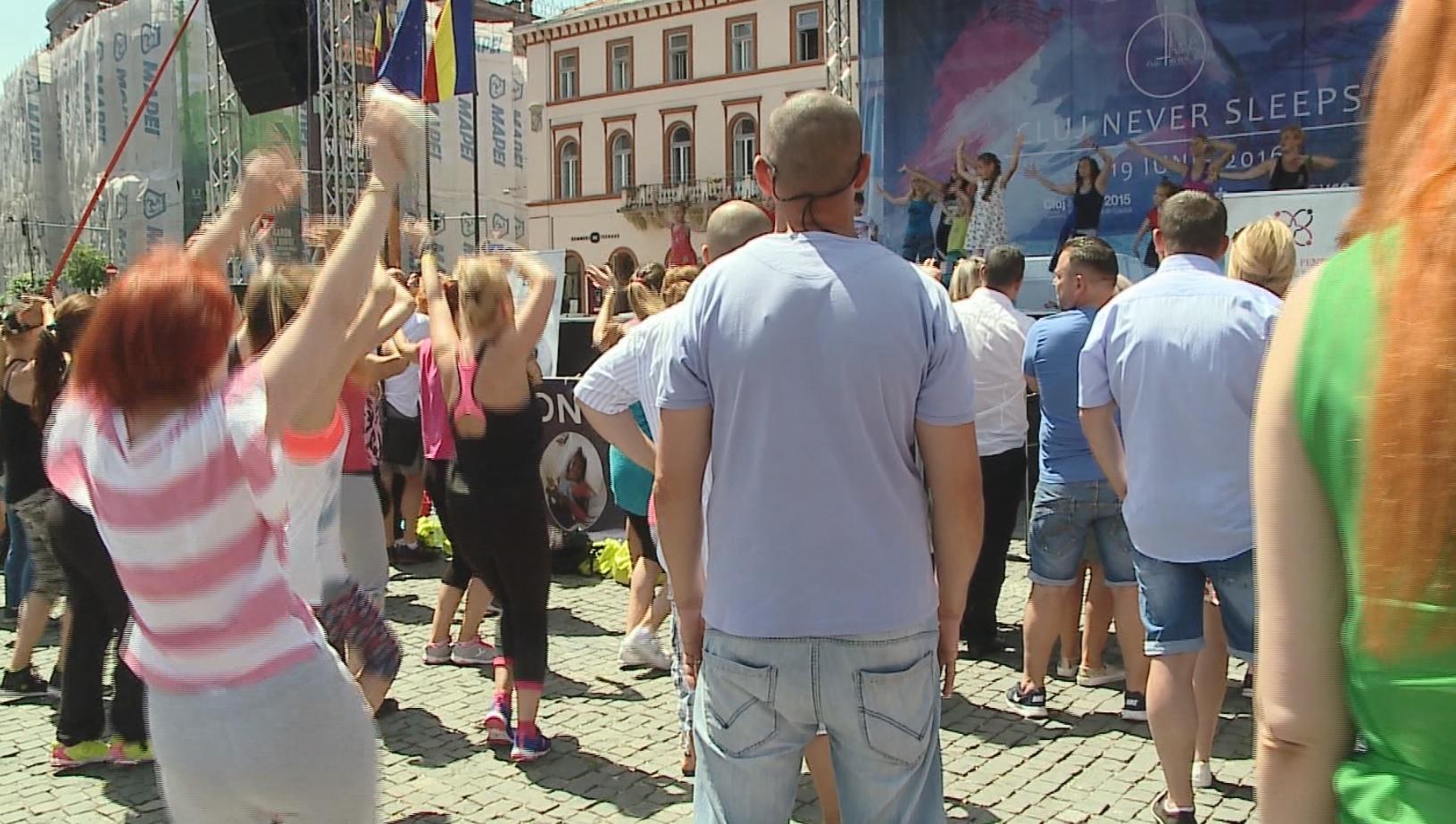 Dans caritabil. Sute de clujeni s-au adunat in weekend in Piata Unirii sa danseze zumba pentru copiii dependenti de dializa