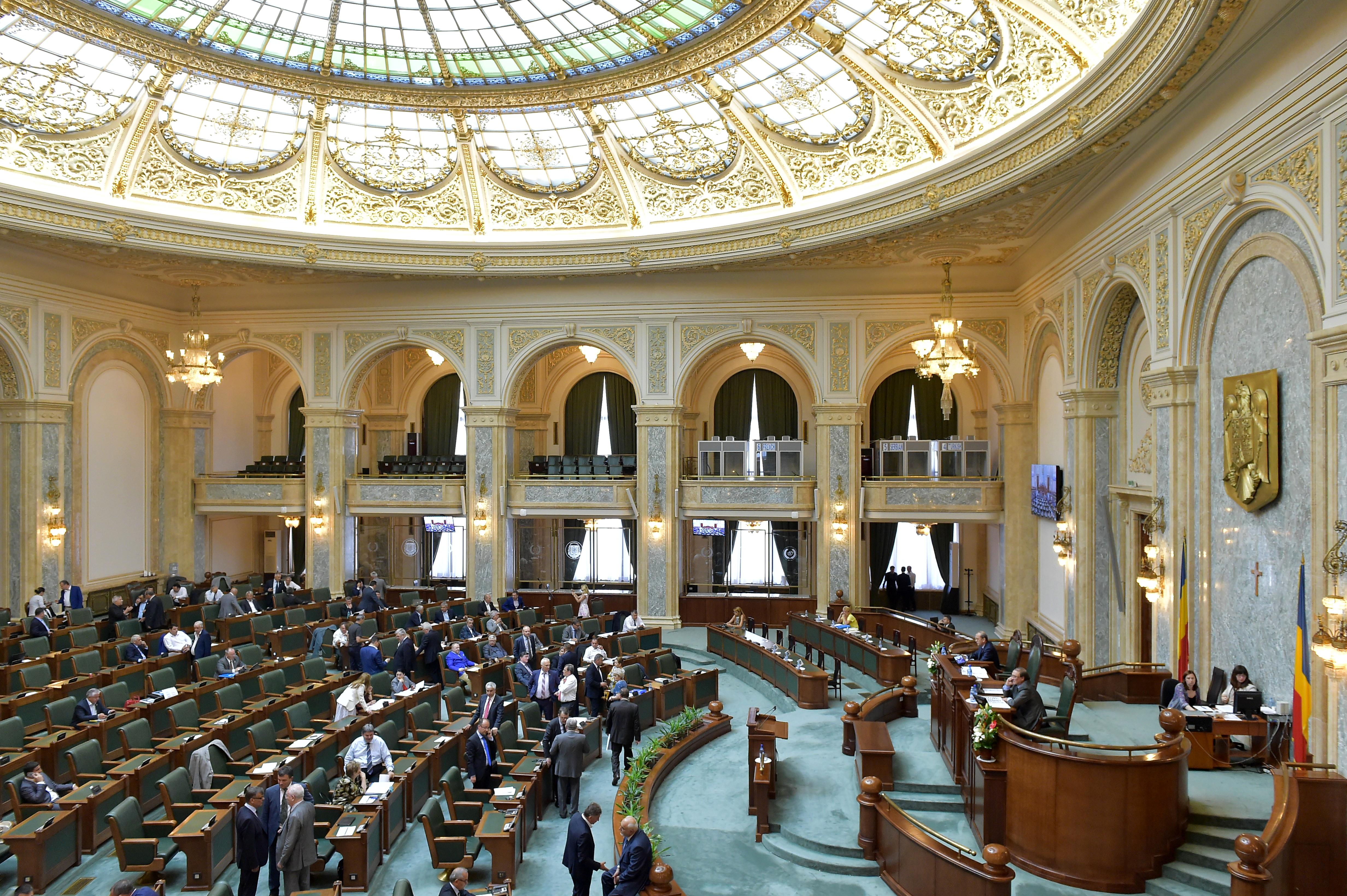 Legea pensiilor speciale pentru alesii locali, declarata neconstitutionala de CCR, a fost adoptata de Parlament