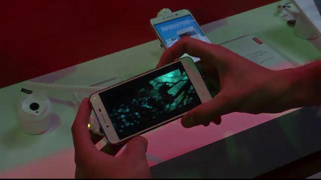 Pericolul la care te expui cand te uiti pe telefon, pe intuneric. Prin ce au trecut doua femei dupa aceasta greseala