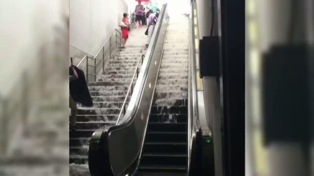 O ploaie torentiala a transformat scarile unei statii de metrou din Washington intr-o cascada. VIDEO