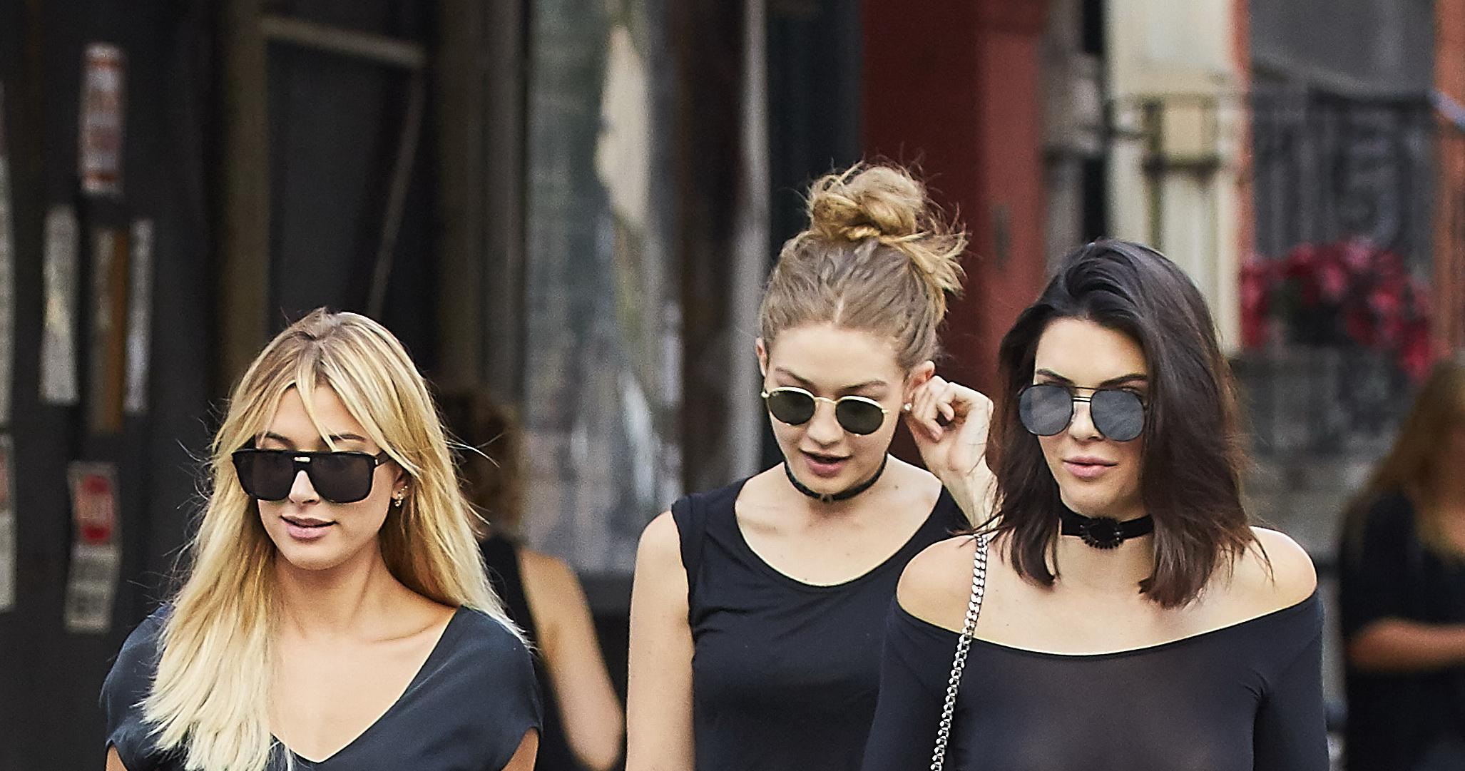 Kendall Jenner a oferit o priveliste de neuitat trecatorilor de pe strada. Topul transparent cu care s-a afisat in plina zi