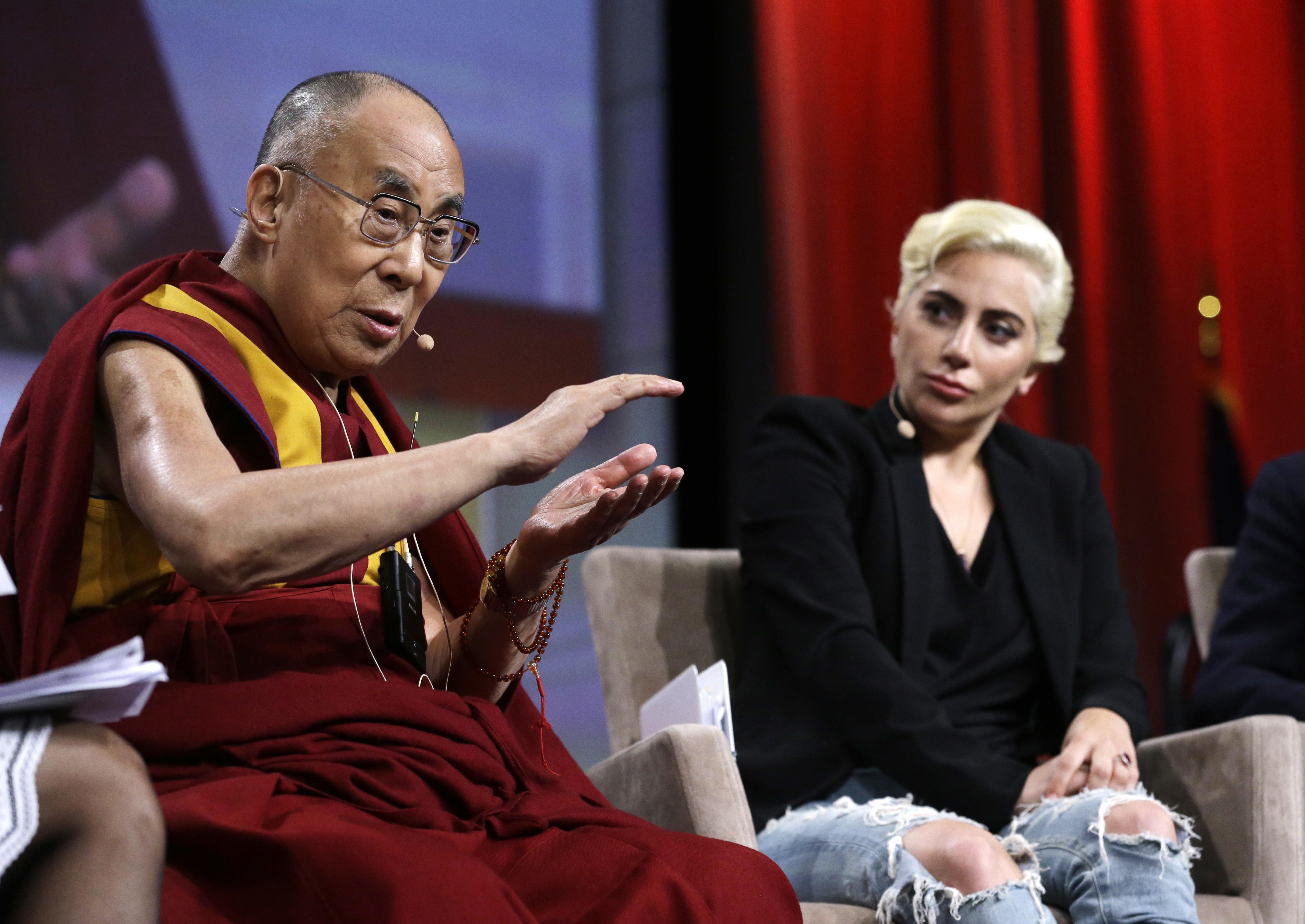 Fotografia cu Lady Gaga si Dalai Lama care i-a enervat pe fanii chinezi ai artistei. Cum au reactionat