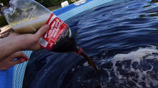 Experiment inedit: a umplut o piscina cu 6 tone de Coca-Cola, apoi a aruncat galeti cu Mentos inauntru. Ce a urmat. VIDEO