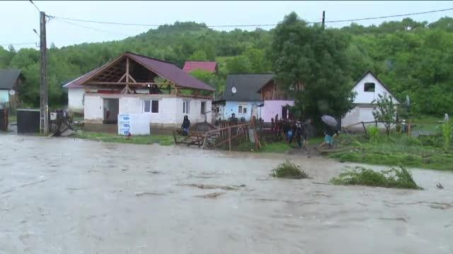 COD ROSU de inundatii in doua judete. Zeci de persoane au fost evacuate.