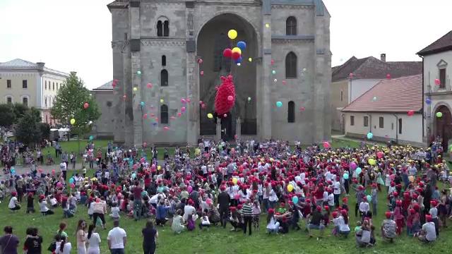 In Cetatea Alba Carolina, copiii au format cel mai mare tricolor uman si o inima imensa, cu ocazia zilei de 1 Iunie