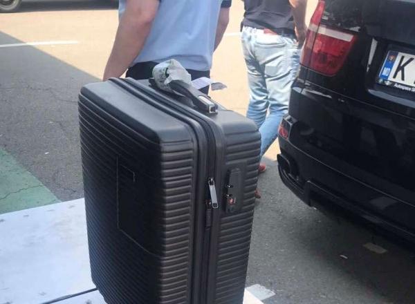Ce au gasit vamesii din R. Moldova in valiza unui moldovean care se intorcea din Anglia cu un BMW X5 condus de o ruda