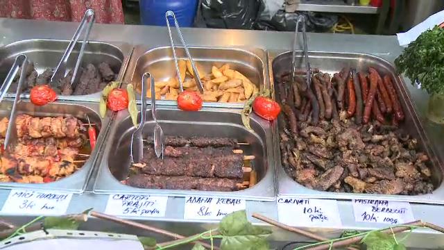 Comerciantii ii ademenesc pe vizitatori cu mancare, dulciuri si produse hand-made, in parcurile din Bucuresti