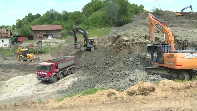 Alunecarea de teren din Alunu, Valcea, inainteaza in ciuda masurilor luate. Autoritatile cred ca vor fi noi evacuari