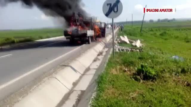 O camioneta a luat foc de la soare, pe E85. Geamurile pe care le transporta s-au transformat intr-o gigantica lupa