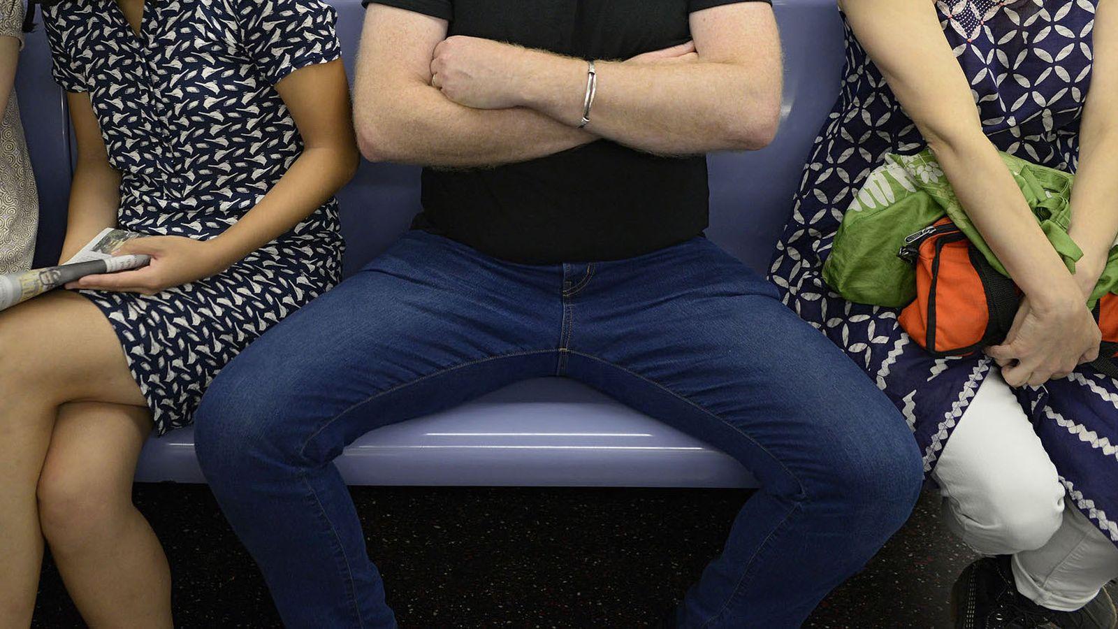 Orasul european care le-a declarat razboi barbatilor ce stau cu picioarele desfacute in mijloacele de transport in comun