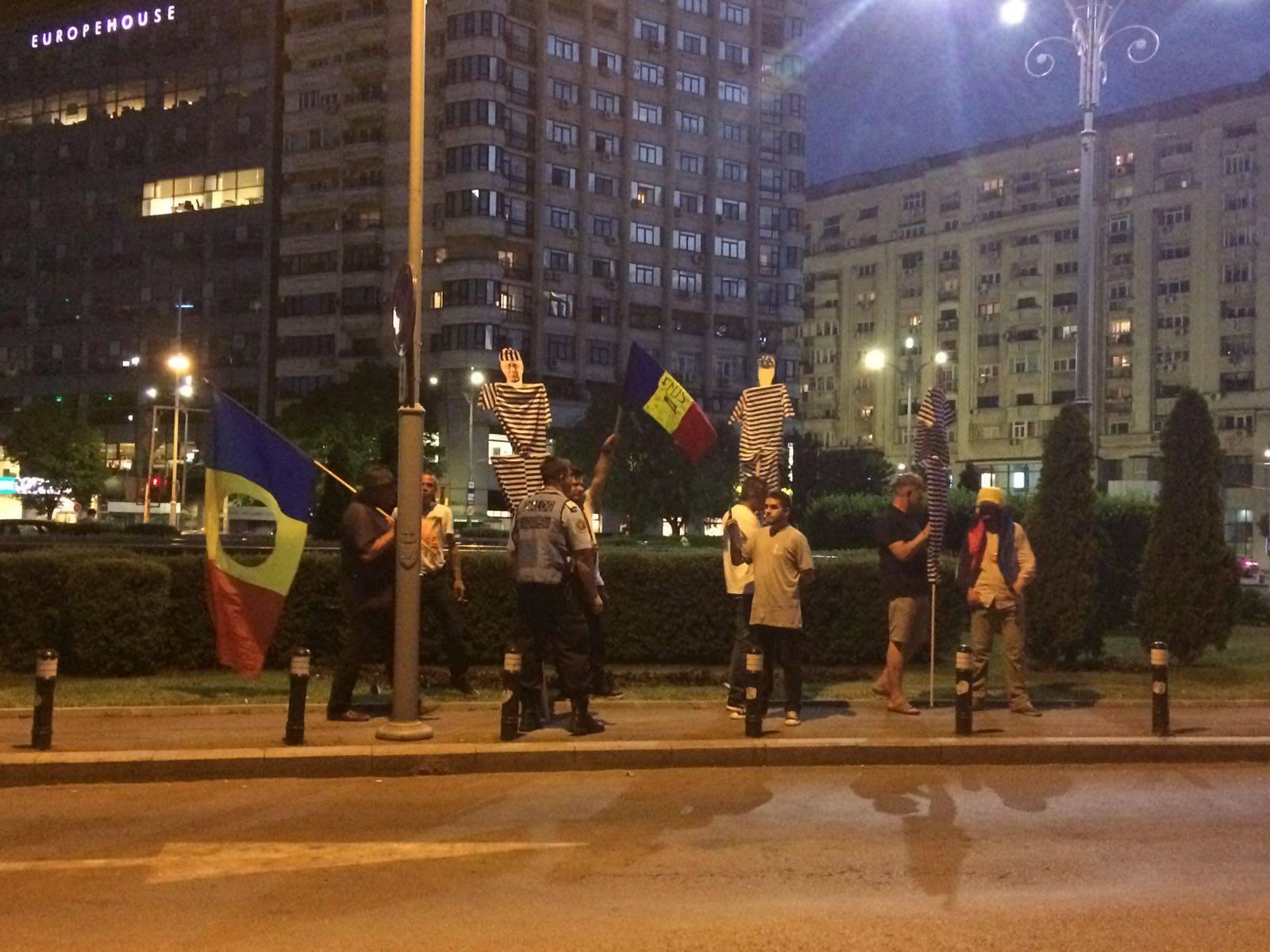 50 de oameni au protestat, miercuri seara, in Piata Victoriei pentru a il sustine pe premierul Sorin Grindeanu