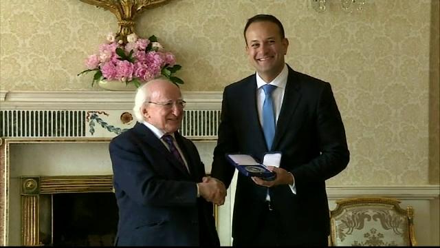 Leo Varadkar a devenit cel mai tanar prim-ministru al Irlandei si primul homosexual care ocupa functia