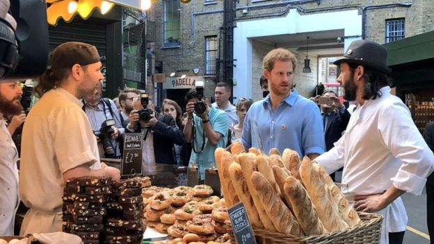 Printul Harry, vizita la brutaria unde lucreaza Florin Morariu, in semn de multumire pentru toti eroii atacului din Londra