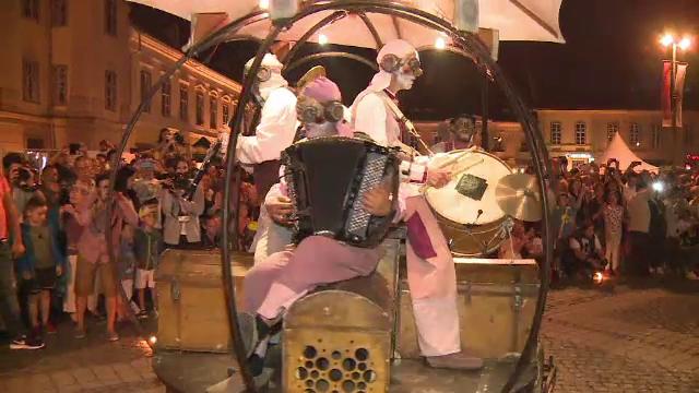 Spectacole, acrobatii, masinarii ciudate si stele pe Aleea Celebritatilor, la Festivalul International de Teatru de la Sibiu