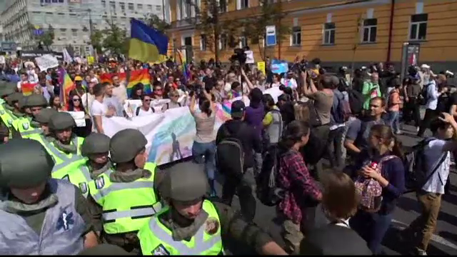 Politicienii ucraineni, alaturi de minoritatile sexuale prezente la marsul din Kiev. Preot: