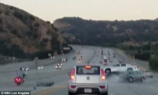 Accident in lant pe o autostrada din Los Angeles, dupa ce un sofer si un motociclist s-au luat la cearta in trafic. VIDEO